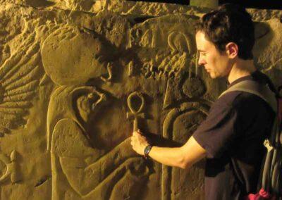 Joan en Egipto tomando la llave que abre todas las puertas.