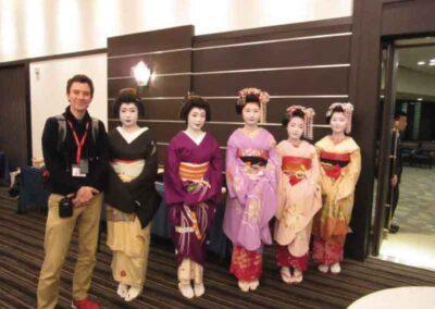 Con Geishas y Maikos en un congreso de Reiki en Japón.
