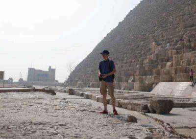 A los pies de la pirámide de Keops, donde Joan recibió iniciación al Reiki Egipcio